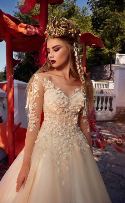 Свадебное платье А-силуэта персикового цвета, украшенное объемной вышивкой.