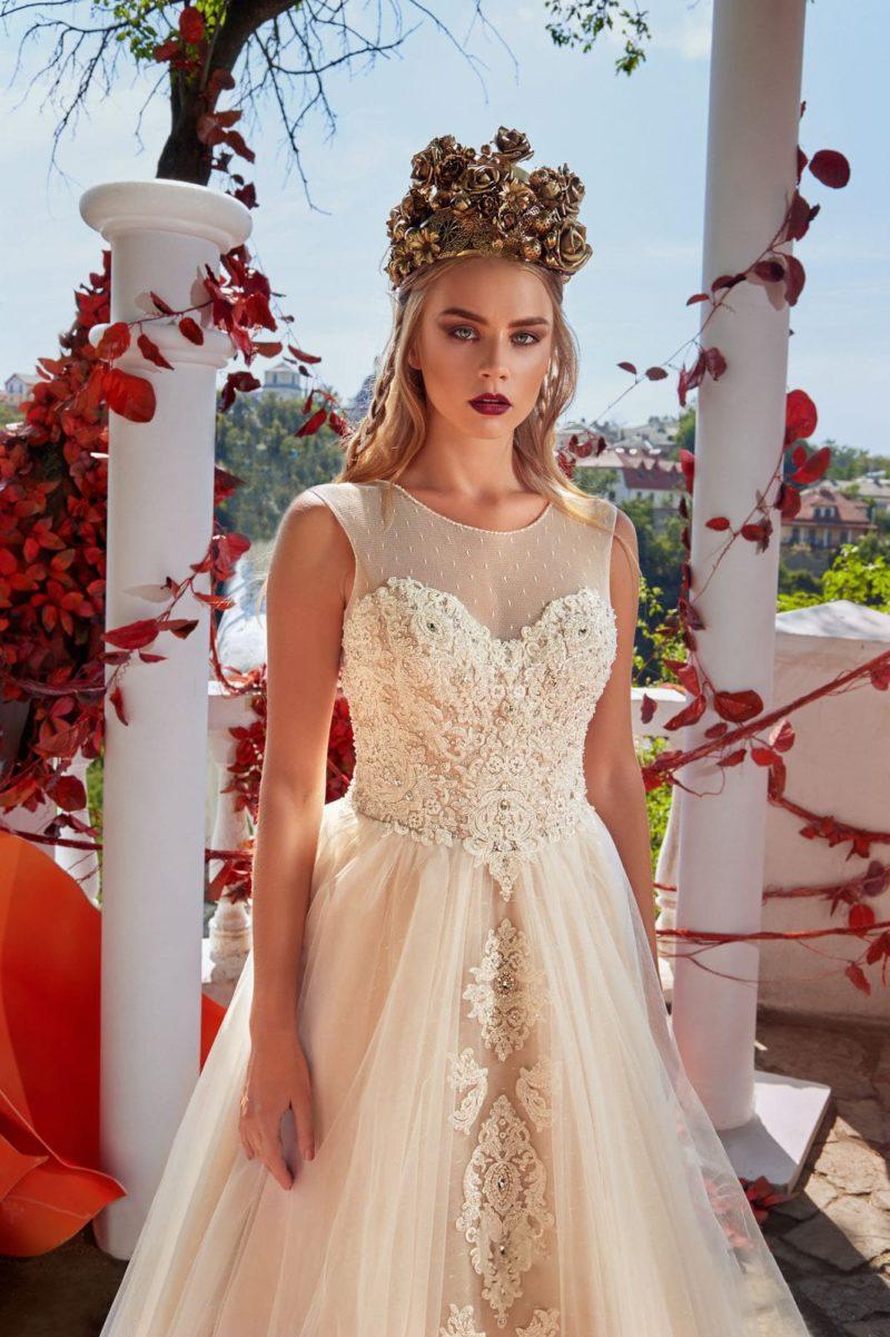 Свадебное платье «принцесса» кремового цвета с невероятным декором корсета.