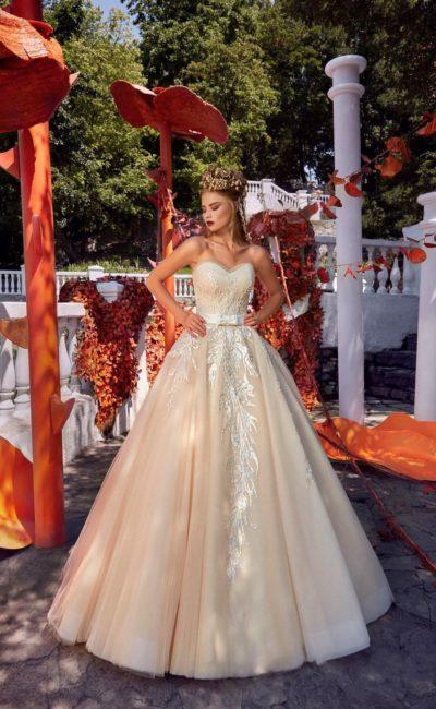 Кремовое свадебное платье А-силуэта с открытым лифом и стильной вышивкой.