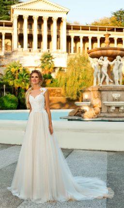 Свадебное платье с кружевным корсетом, открытым лифом и юбкой со шлейфом.