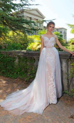 Свадебное платье-трансформер с кремовой подкладкой и романтичной верхней юбкой.