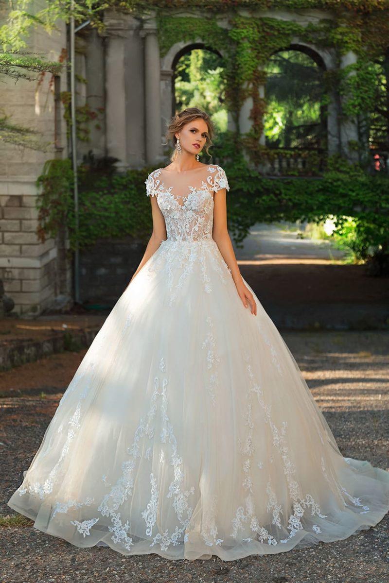 Пышное свадебное платье с классической кружевной отделкой, без рукава.