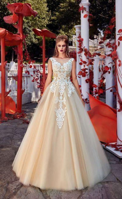 Свадебное платье А-силуэта в золотистых тонах, украшенное белым кружевом.