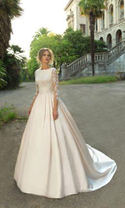 Свадебное платье с кружевным рукавом, прозрачной спинкой и изящным шлейфом.