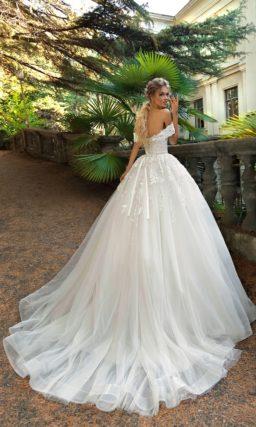 Свадебное платье пышного силуэта с открытым лифом с широкими бретелями.