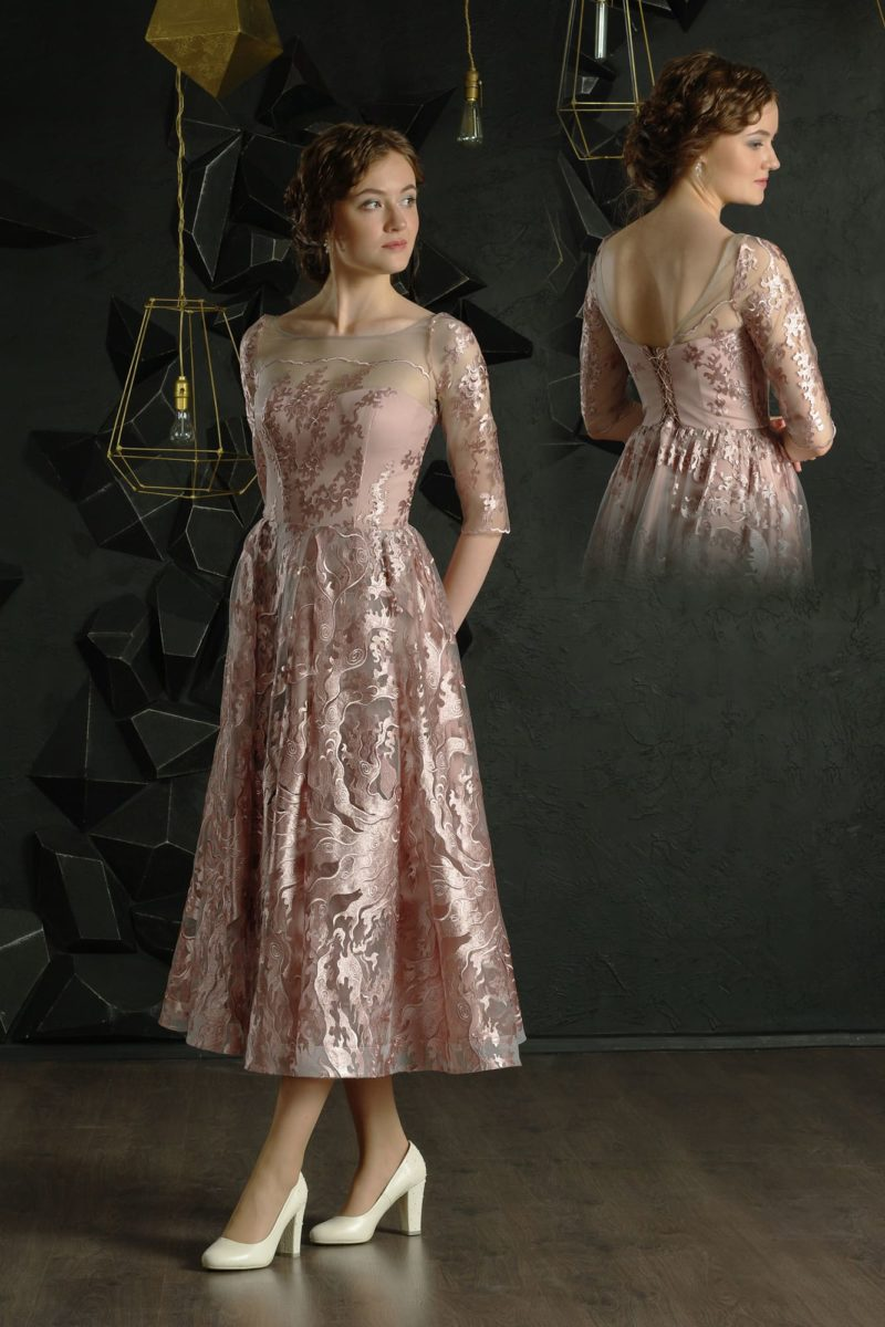 Вечернее платье розового цвета с юбкой длины миди и рукавом до локтя.