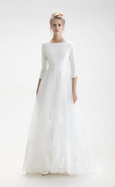 Закрытое свадебное платье А-силуэта с рукавом и глубоким вырезом на спинке.