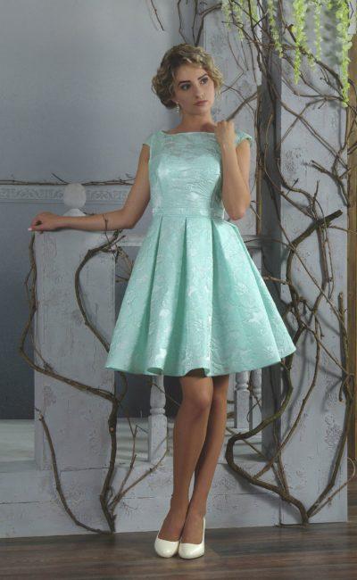 Короткое вечернее платье бирюзового цвета со стильными складками по подолу.