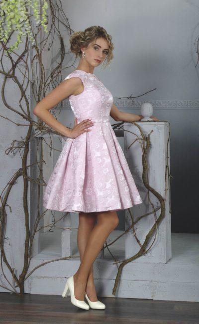 Розовое вечернее платье с круглым вырезом и юбкой длиной до колена.