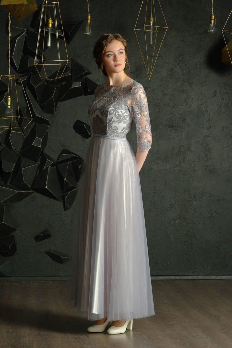 Серебристое вечернее платье прямого силуэта с юбкой длины миди.