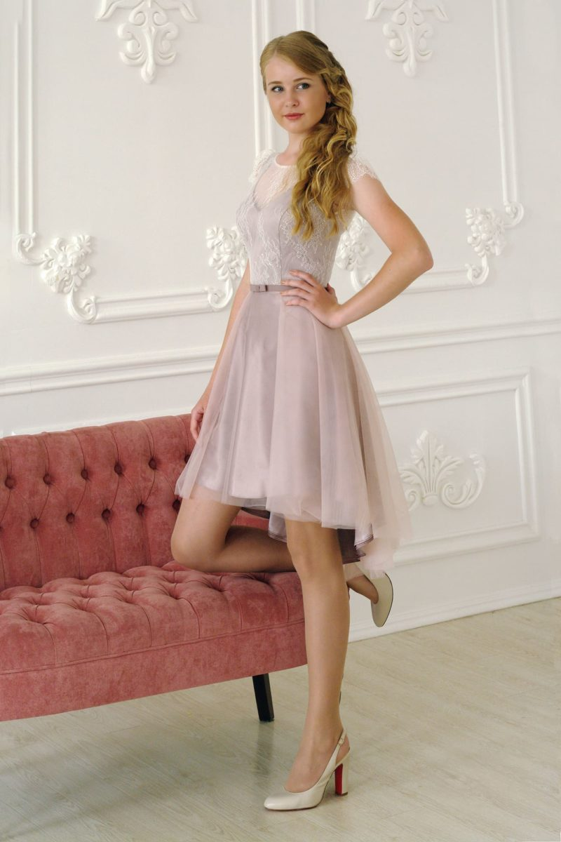 Короткое платье с юбкой до колена