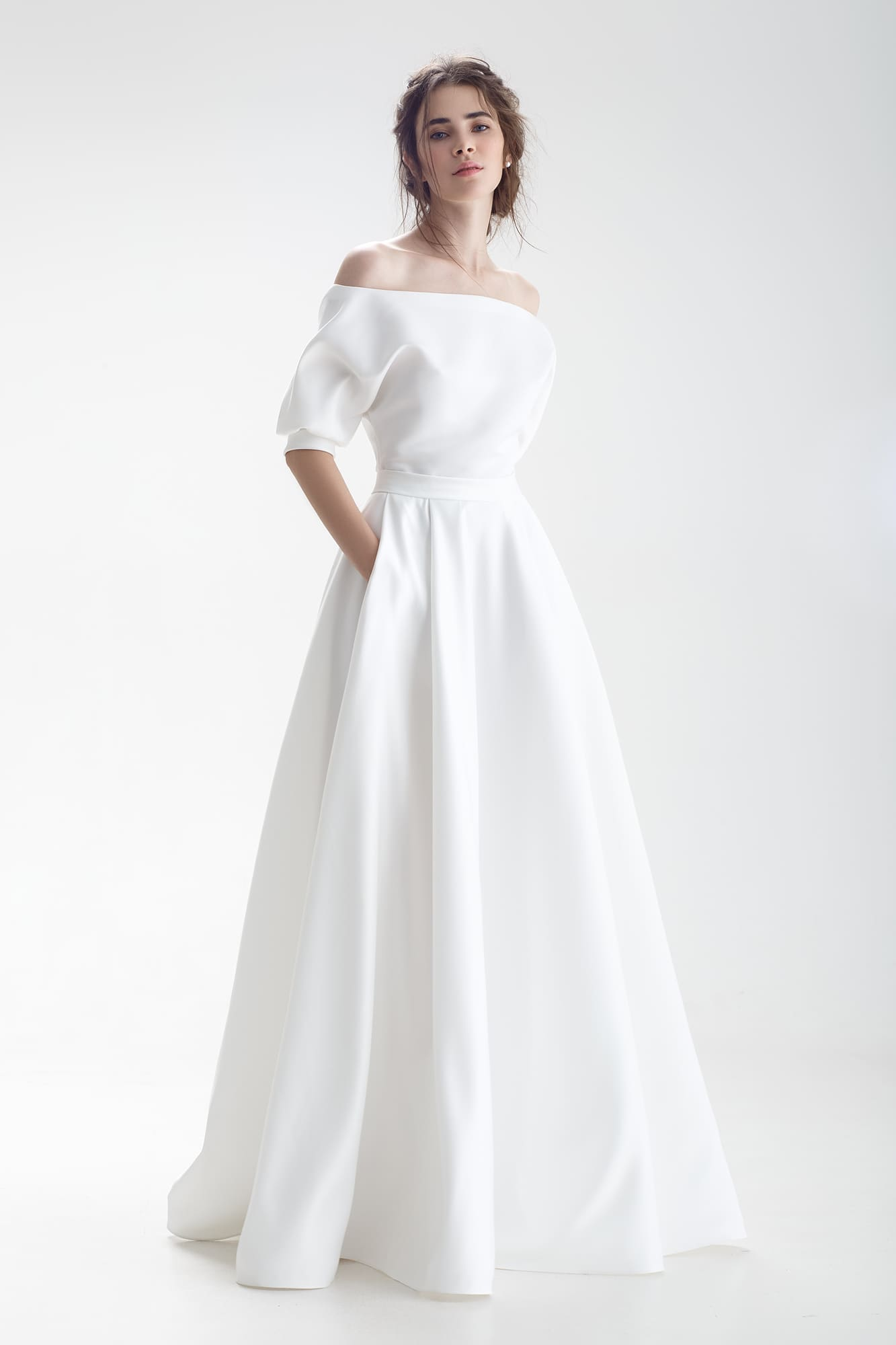 5a09f0fb8b2 Стильное свадебное платье с портретным вырезом и скрытыми карманами.