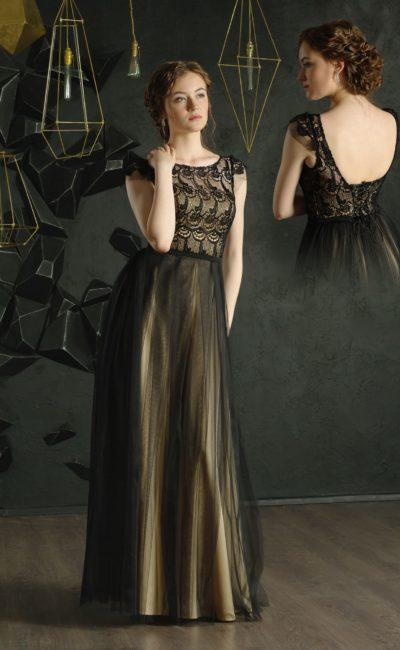 Черное вечернее платье с золотистой подкладкой и коротким рукавом.