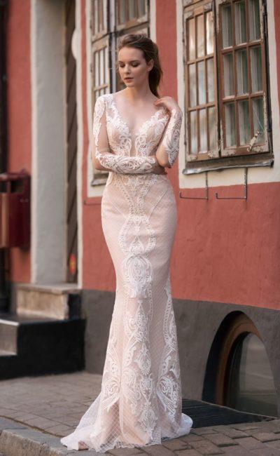 Облегающее свадебное платье «русалка» с кружевным декором на кремовой подкладке.