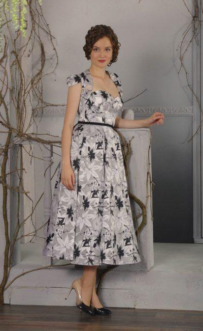 Стильное вечернее платье длины миди с коротким болеро и узким поясом.