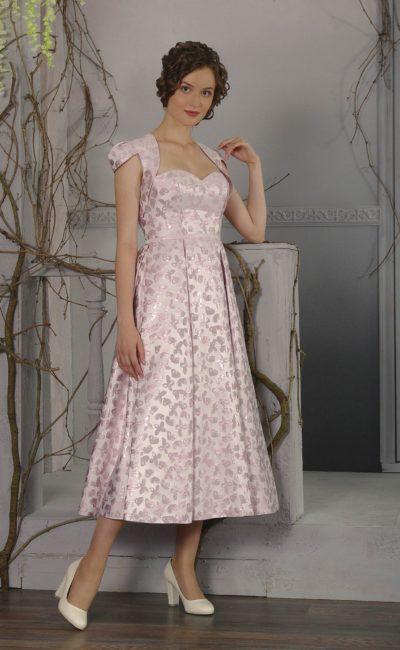 Розовое вечернее платье длины миди с узким поясом и коротким болеро.