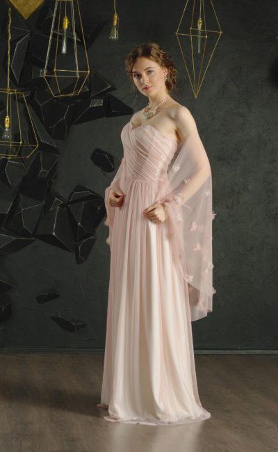 Пудровое вечернее платье с открытым лифом «сердечком» и прямой юбкой.