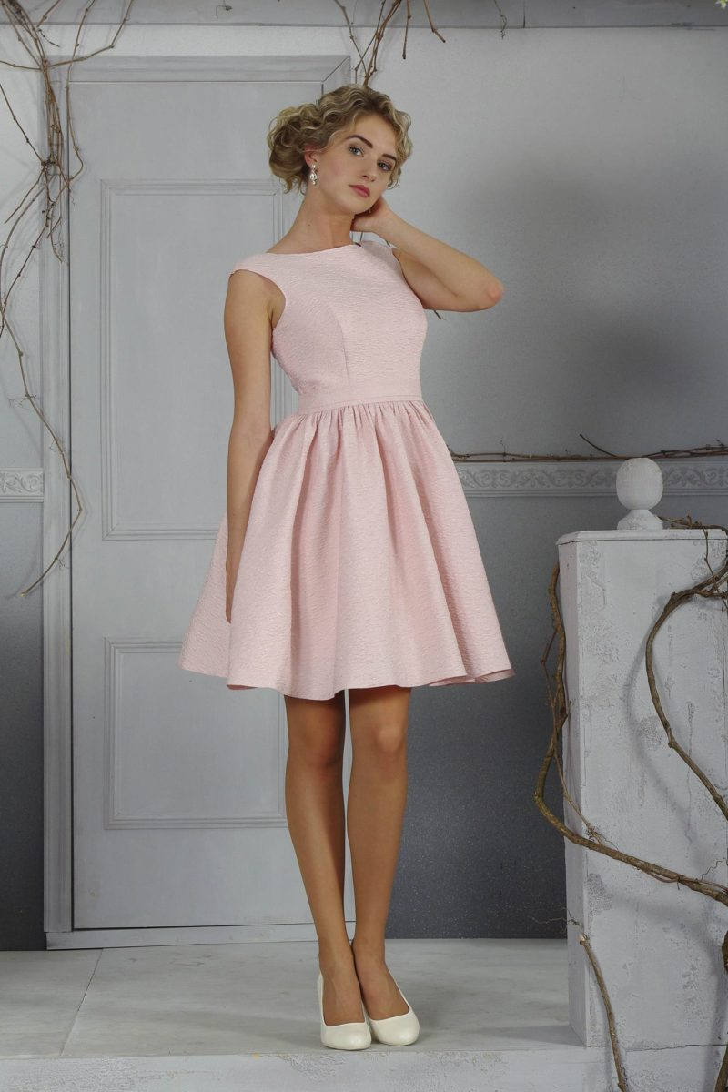 Вечернее платье с закрытым лифом и короткой юбкой, выполненное в розовом цвете.