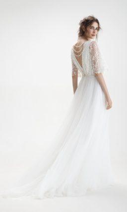 Свадебное платье силуэта «принцесса» с открытой спинкой и романтичным шлейфом.