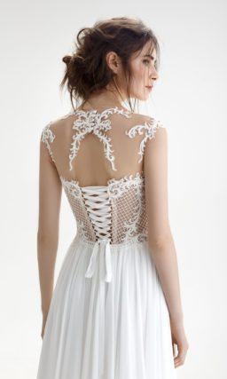 Свадебное платье прямого кроя с полупрозрачным лифом и вырезом на спинке.