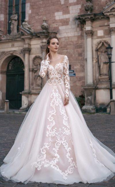 Свадебное платье «принцесса» с юбкой розового цвета и кружевным декором.