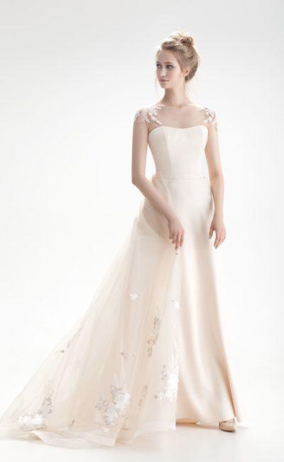 Свадебное платье с открытым лифом, кружевным декором и юбкой А-силуэта.