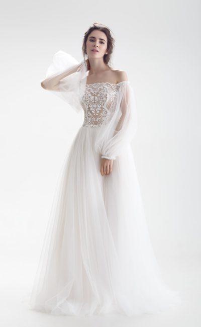 Свадебное платье с кружевным корсетом, широкими рукавами и юбкой А-силуэта.