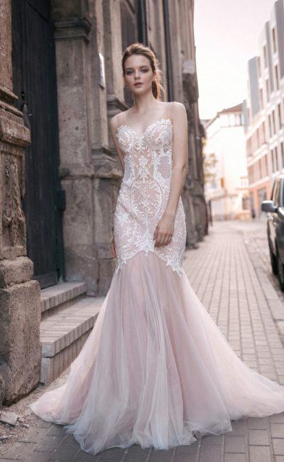 Свадебное платье пудрового оттенка силуэта «русалка» с выразительным декором.