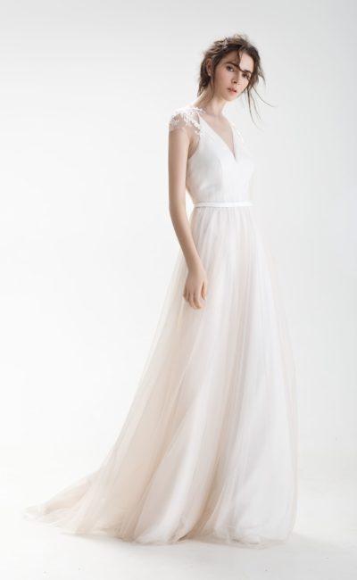 Свадебное платье с оригинальной открытой спинкой и нежной пудровой юбкой.