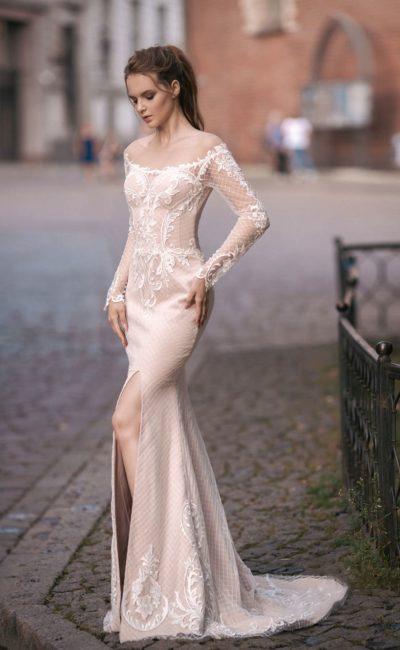 Бежевое свадебное платье «русалка» с разрезом по подолу и длинным рукавом.