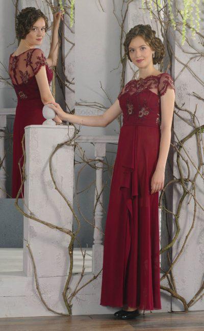 Вечернее платье бордового цвета с полупрозрачной отделкой верха и прямым кроем.