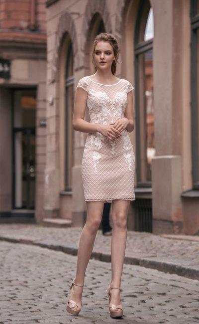 Свадебное платье-футляр на бежевой подкладке, с коротким рукавом и открытой спиной.
