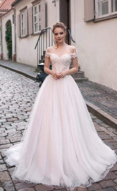 Свадебное платье А-силуэта с кружевным декором лифа и очаровательной юбкой.