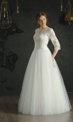 Белое вечернее платье пышного силуэта с рукавом ниже локтя и вырезом сзади.