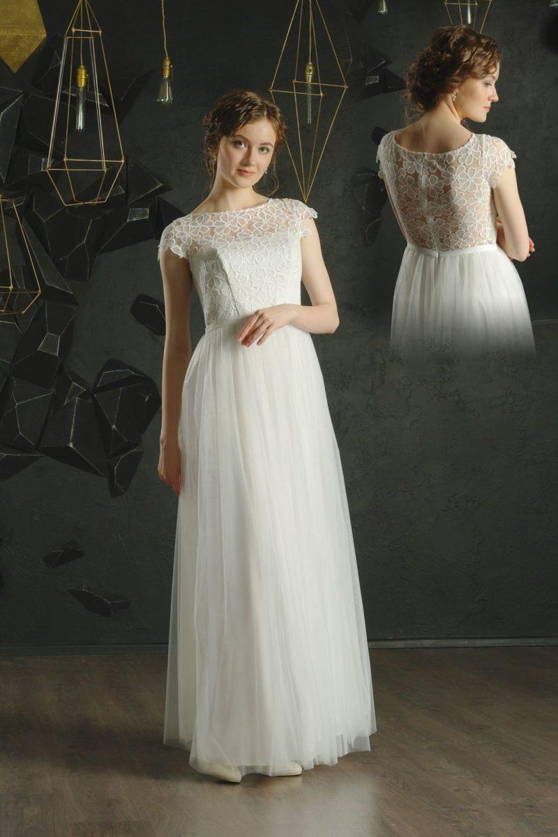 Белое вечернее платье прямого кроя с коротким рукавом и тонкой спинкой.