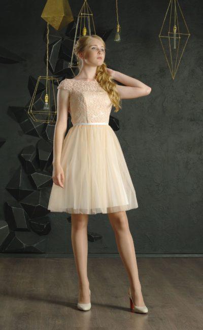 Персиковое вечернее платье с коротким рукавом, кружевным декором и юбкой до колена.