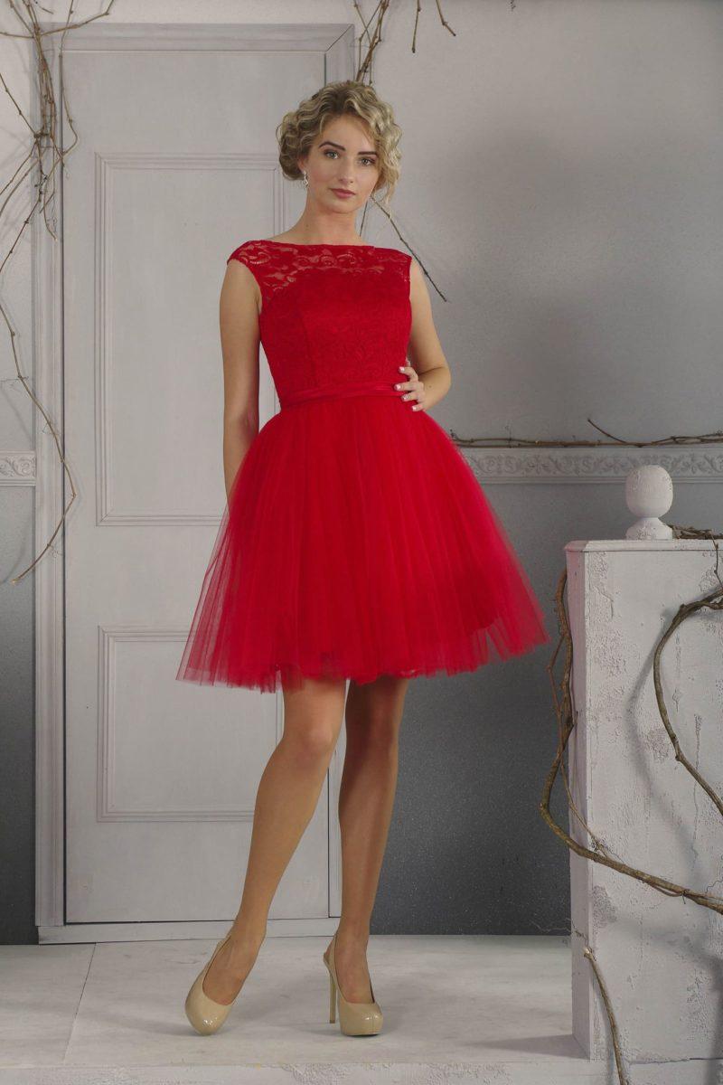Алое вечернее платье с короткой пышной юбкой и закрытым кружевным верхом.