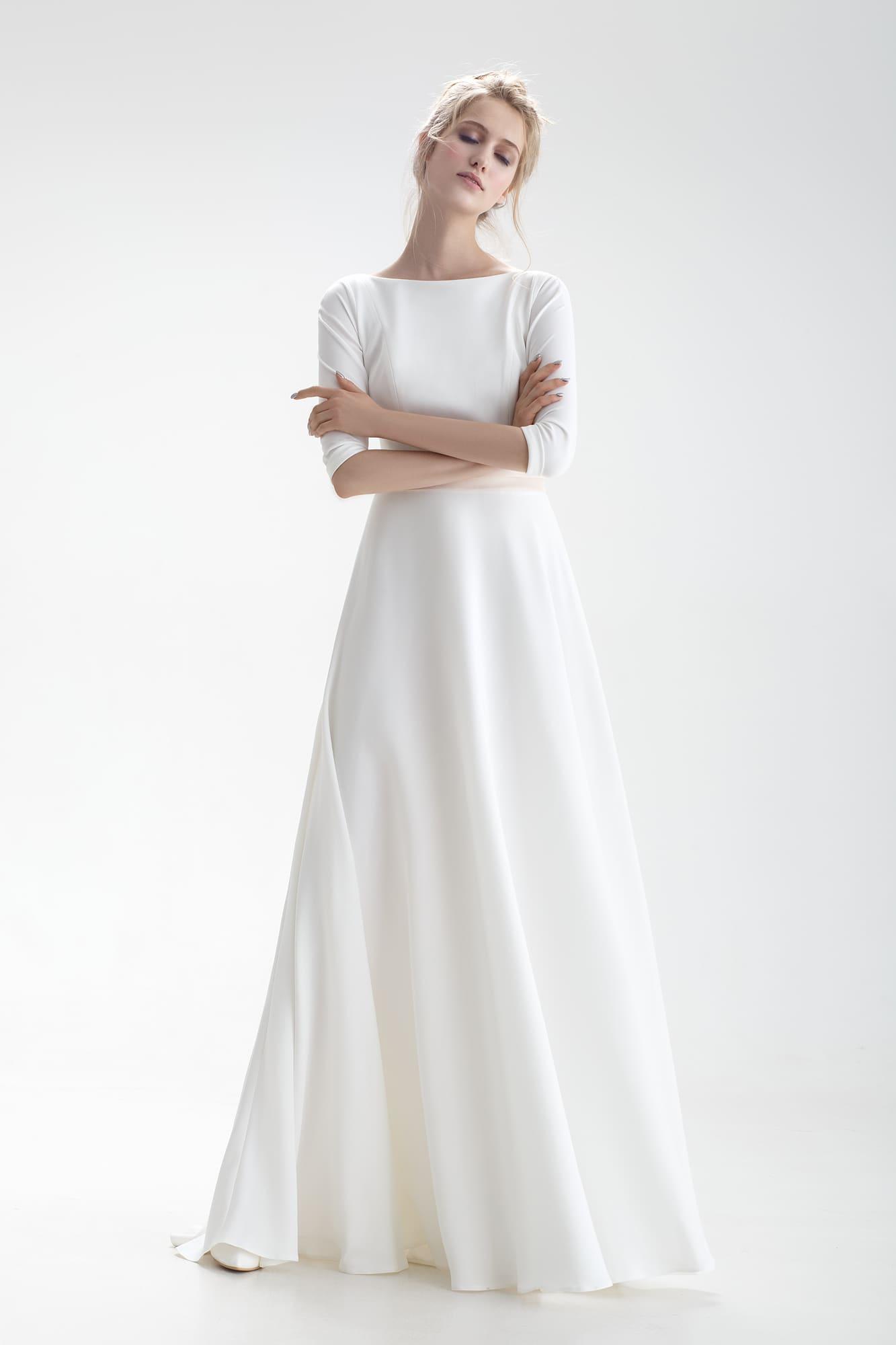 5c272eb9306 Свадебное платье с закрытым верхом и стильным бежевым поясом с бантом сзади.