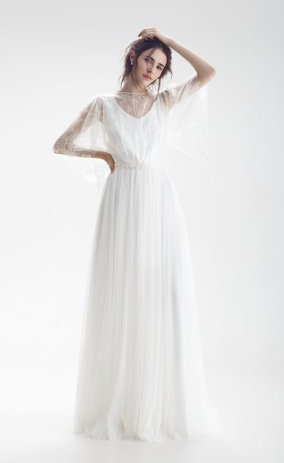 Свадебное платье А-силуэта с кружевным декором лифа и оригинальной спинкой.