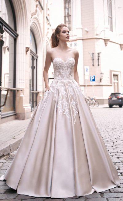 Свадебное платье «принцесса» из атласа, украшенное кружевом по корсету.