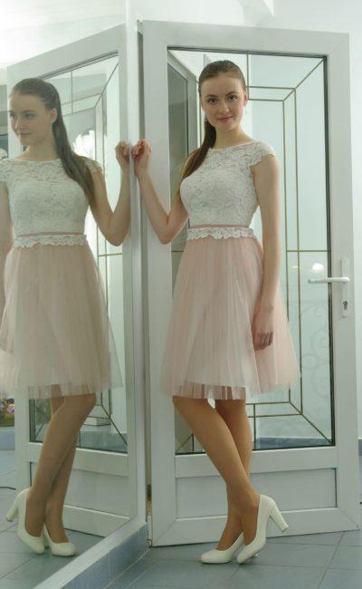 Розовое вечернее платье с белым кружевным верхом и узким поясом на талии.