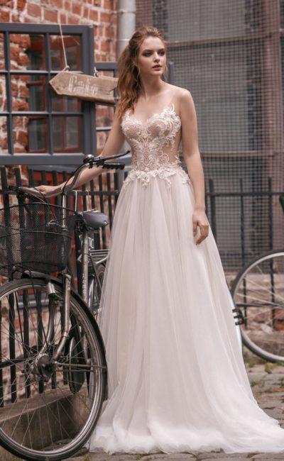 Свадебное платье с полупрозрачным верхом, открытой спинкой и прямой юбкой.