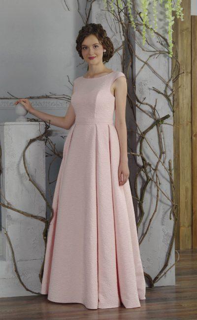 Розовое вечернее платье с юбкой длиной в пол и элегантным закрытым верхом.