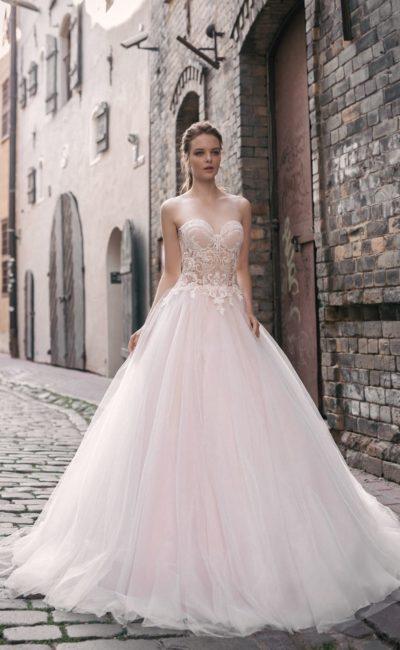 Свадебное платье пудрового оттенка с открытым корсетом и воздушным низом.