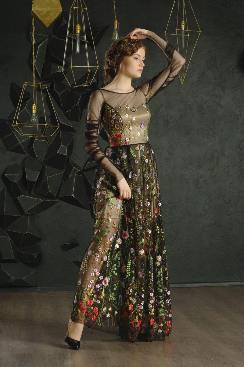 Черное вечернее платье с цветочной отделкой и полупрозрачной юбкой.