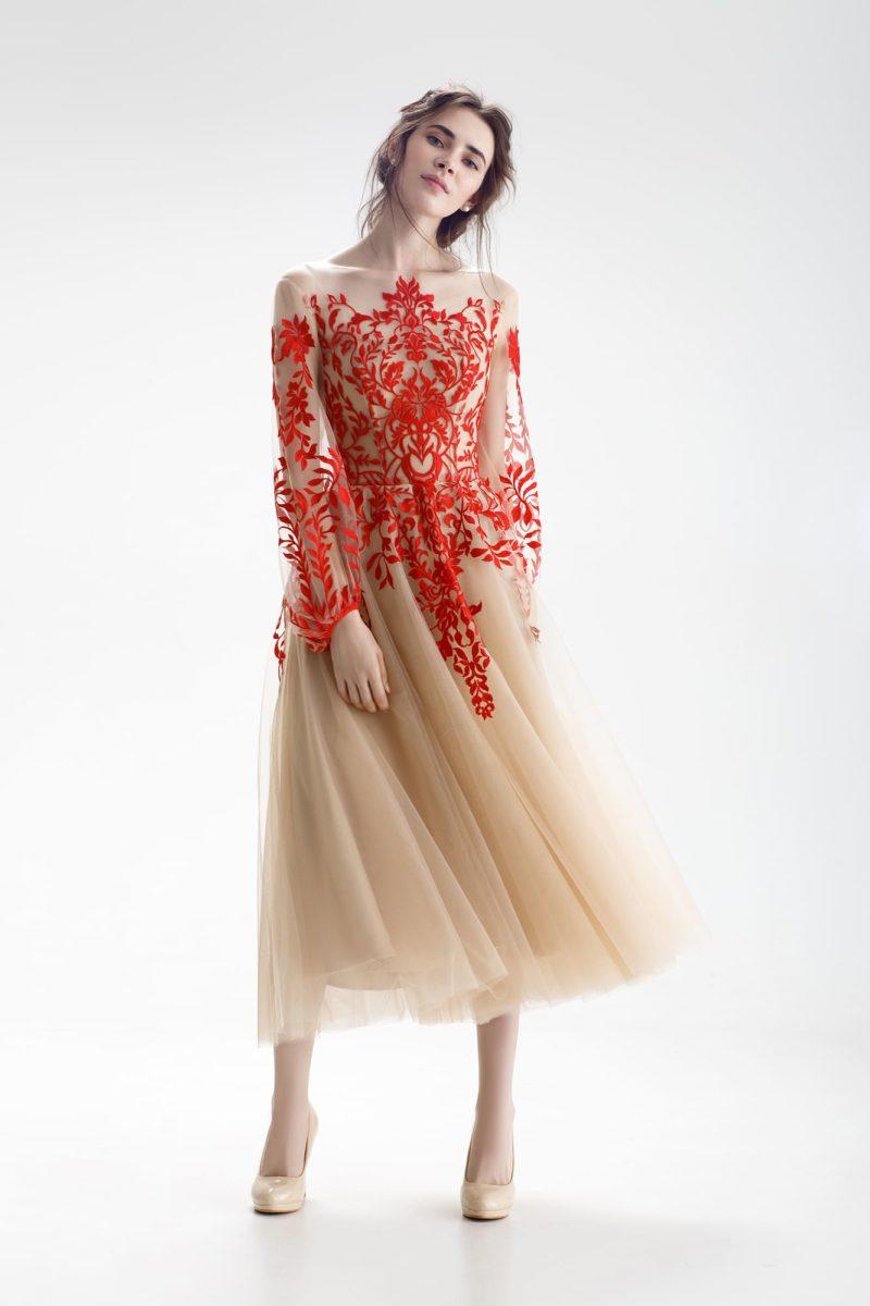 Свадебное платье бежевого цвета с притягательной алой отделкой и юбкой миди.
