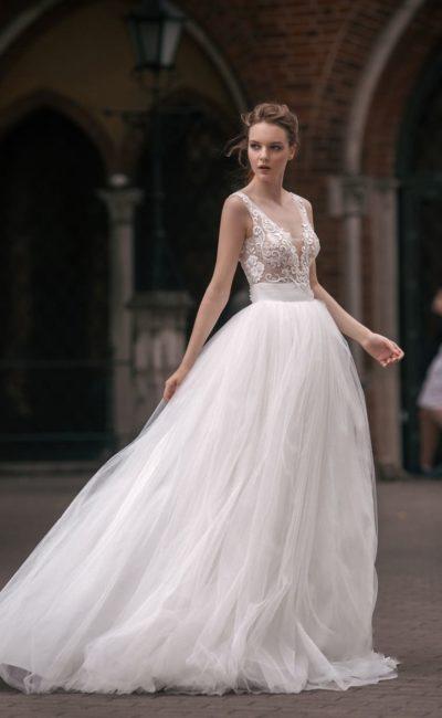 Свадебное платье с эффектными вырезами на лифе и спинке, а также шлейфом.
