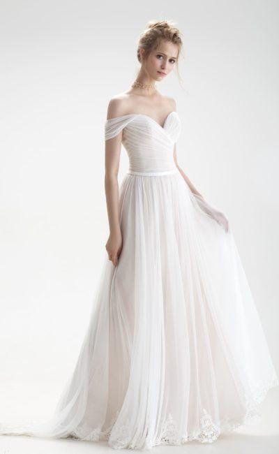 Свадебное платье с притягательным декором из драпировок и юбкой А-силуэта.