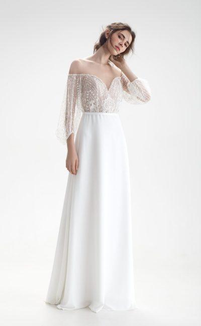 Свадебное платье с деликатной прямой юбкой, портретным декольте и широким рукавом.