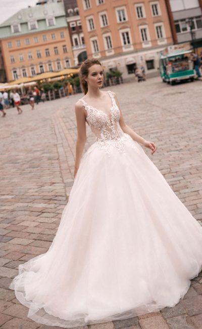 Свадебное платье с открытой спинкой и чарующе пышной юбкой со шлейфом.